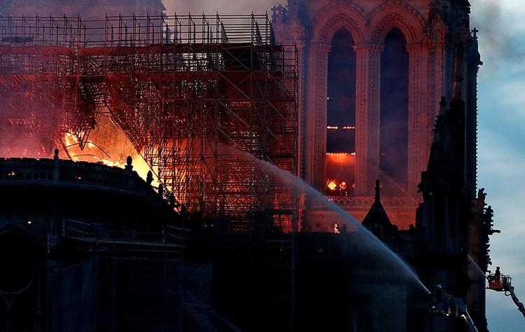 Пожар вспыхнул вечером 15 апреля, когда рабочие покинули строительные леса.