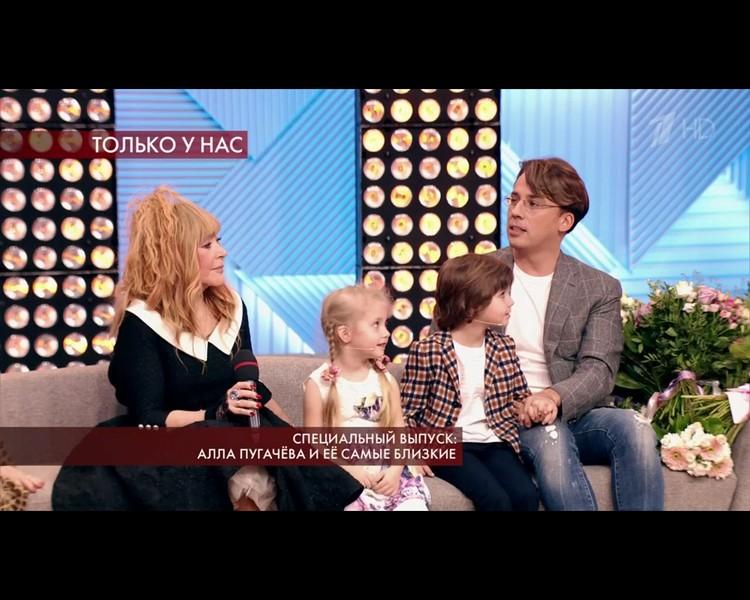 Алла Пугачева и Максим Галкин с двойняшками Лизой и Гарри