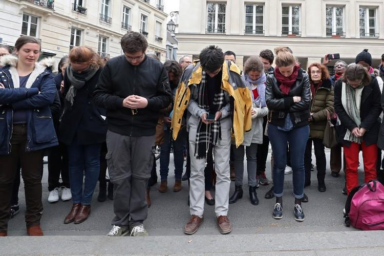 Молитва парижан возле места трагедии.
