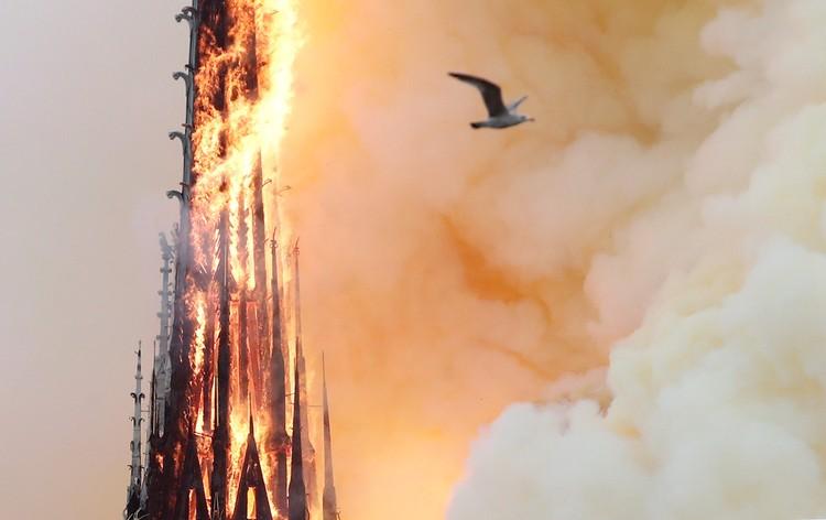 Огонь уничтожил шпиль собора.
