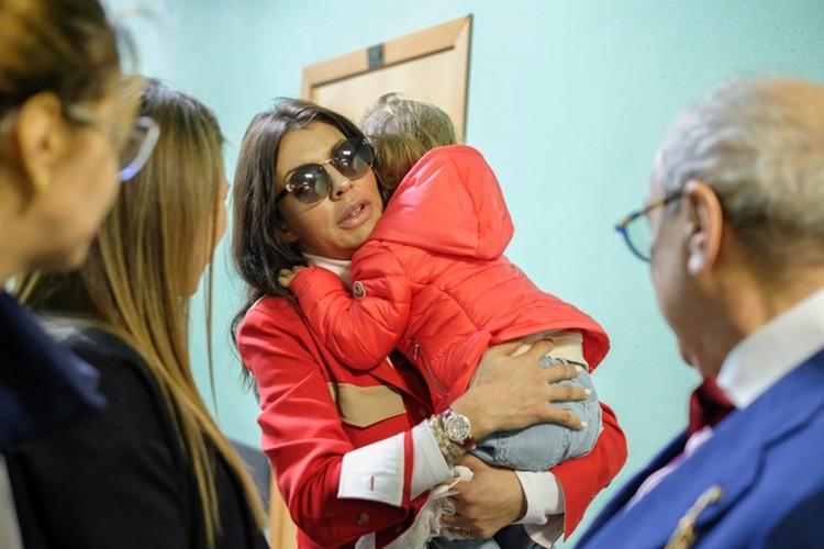 """Казьмина приехала на суд с ребенком, потому что у нее нет денег на няню, но на """"Майбахе"""""""