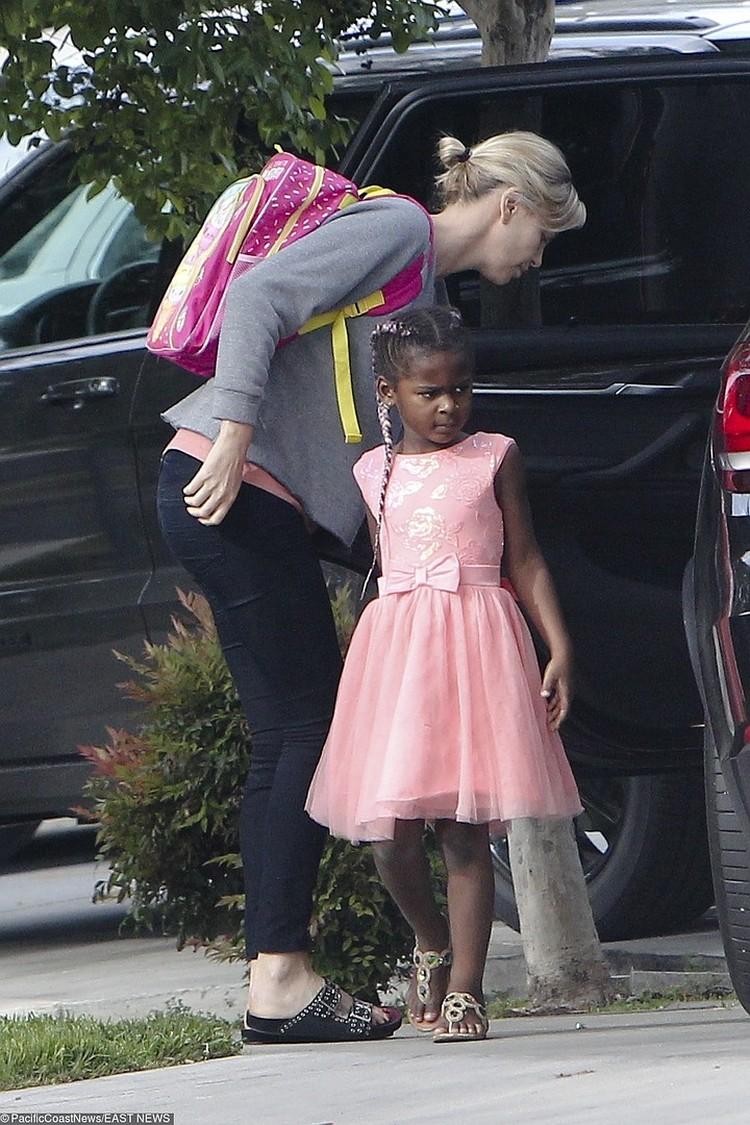 Сын Шарлиз очень любит розовый цвет.
