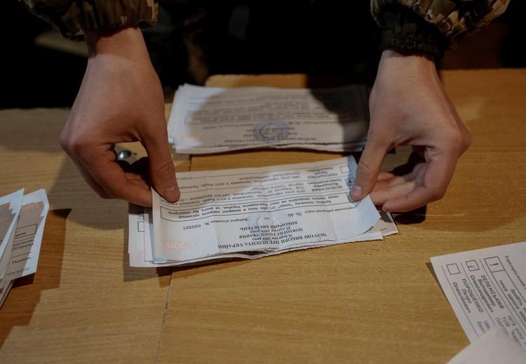 Бюллетени украинских военных во время подсчета голосов.