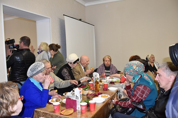 Пенсионеры празднуют открытие бесплатного кафе в Черкесске. Фото: Шахриза Богатырёва / предоставлено организаторами