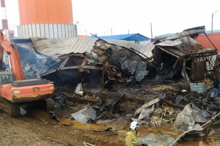 Здание выгорело полностью, металлическая обивка поплатилась, окна выгорели, железная крыша «поплыла»