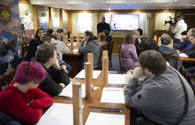 Команда из журналистов и блогеров на борту легендарного ледокола узнала, сколько требуется труда, чтобы восстановить архивные документы. Фото предоставлено организаторами.
