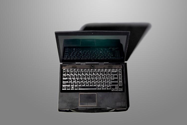 """Ноутбук хакера Коли стал самым дорогостоящим реквизитом из фильма """"Миллиардер"""", выставленным на продажу"""
