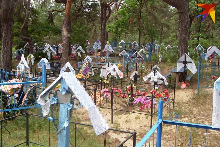К Радунице было принято менять ручники или платки на могилах – словно по весне подновляли домики для ушедших. Этот снимок из Наровлянского района. Фото: Татьяна КУХАРОНАК