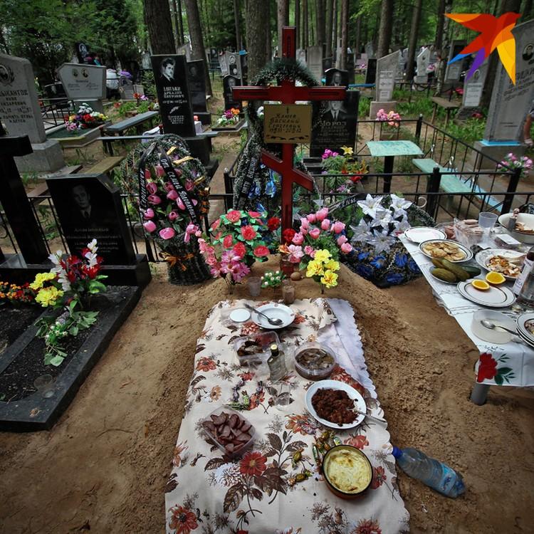 В Борисовском районе тоже жива традиция поминать своих близких прямо на их могилах – такие снимки стали частью серии «Меню для продкаў» (2013) фотографа Сергея Гудилина.