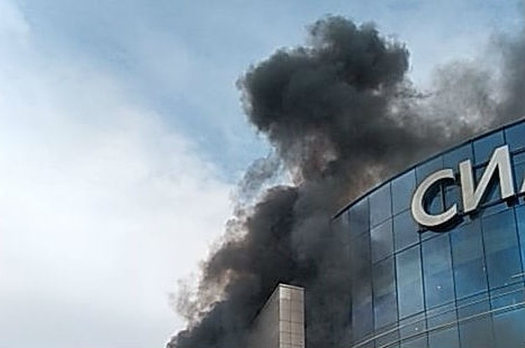 """Когда начался пожар, над зданием ТРЦ """"Сильвер Молл"""" в Иркутске клубился черный дым."""