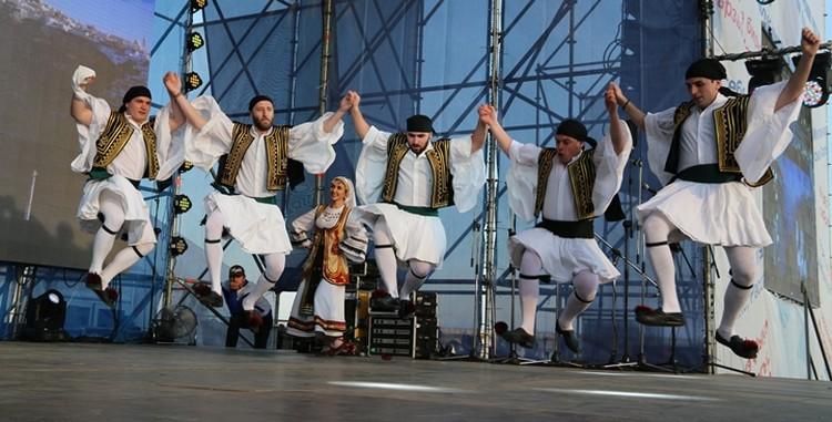 Эти парни умеют летать в танце. Им очень громко хлопали зрители.