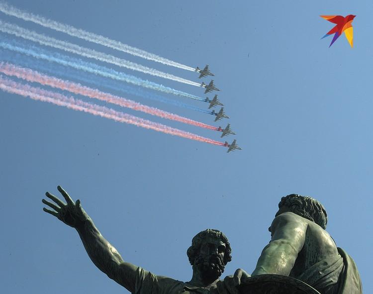 Штурмовики Су-25 украсили небо над Москвой цветами российского флага.