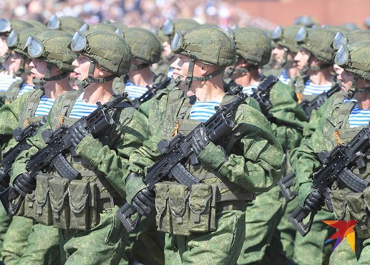 Военнослужащие-десантники маршируют по Красной площади.