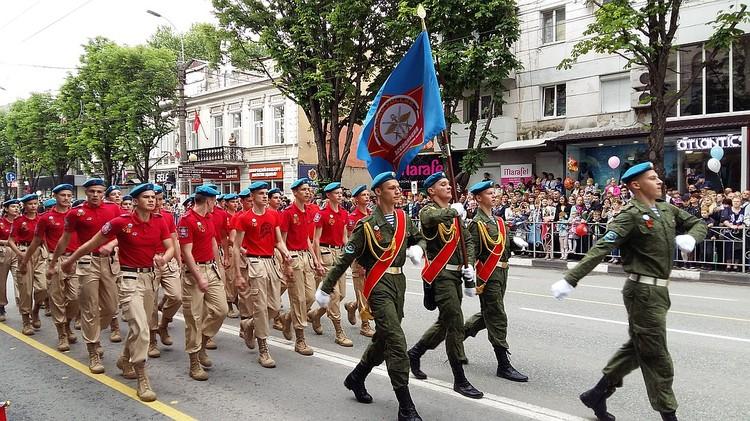 В парадах примут участие около 5 тысяч военных, а также школьники и юнармейцы.