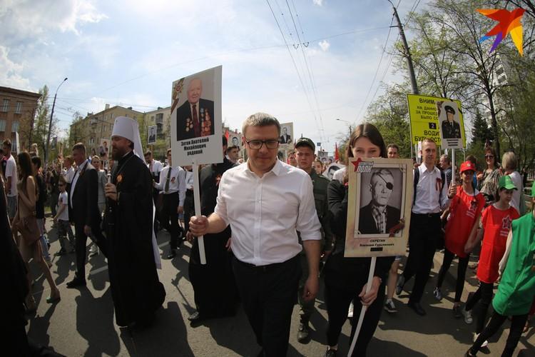 Врио губернатора Алексей Текслер впервые участвует в шествии Бессмертного полка в Челябинске.