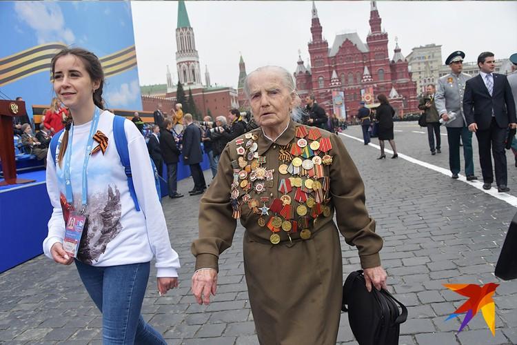 За два часа до Парада трибуны по цвету триколора занимали ветераны