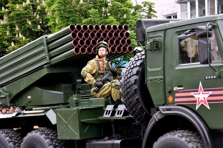 В военном параде в Симферополе задействовали 40 единиц спецтехники.