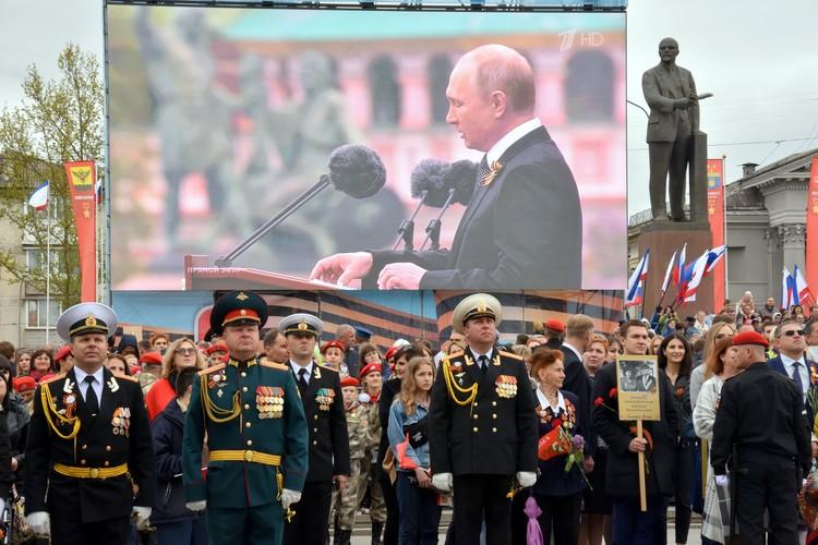 В Симферополе транслировали включение с парада Победы на Красной площади в Москве.
