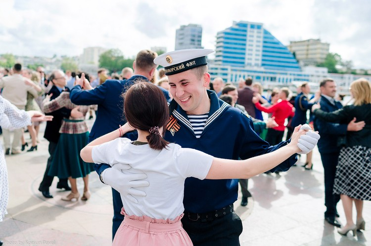 Лица озарили улыбки. Фото: пресс-служба Севастопольского бала