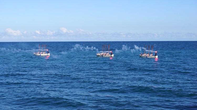 Участники морской флотилии опустили на воду памятный венок погибшим.