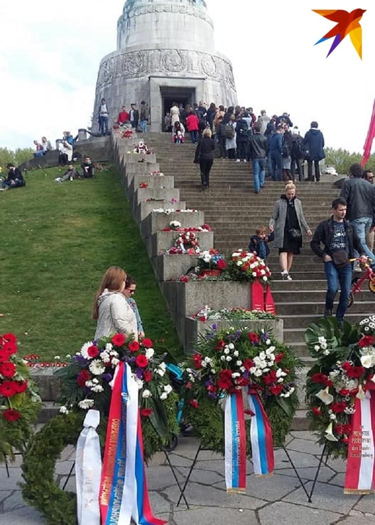 Нескончаемый поток людей, флаги Советского Союза, России, Белоруссии