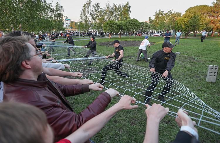 13 мая, столкновения противников строительства с охранниками. Фото Донат Сорокин/ТАСС