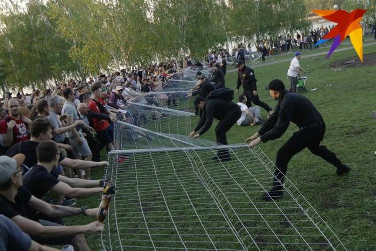 В понедельник и вторник защитникам сквера удавалось уронить забор.