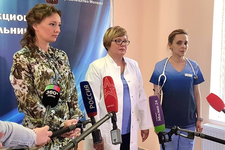 Уполномоченный по правам ребенка в РФ Анна Кузнецова (слева) и врачи общаются с журналистами.