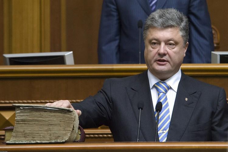 2014 год, Петр Порошенко произносит текст присяги, положив руку на Пересопницкое евангелие.