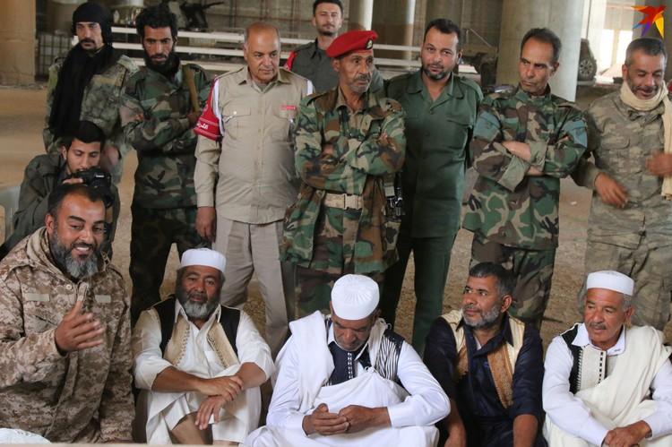 Военные и шейхи ливийских племен в Международном аэропорту Триполи