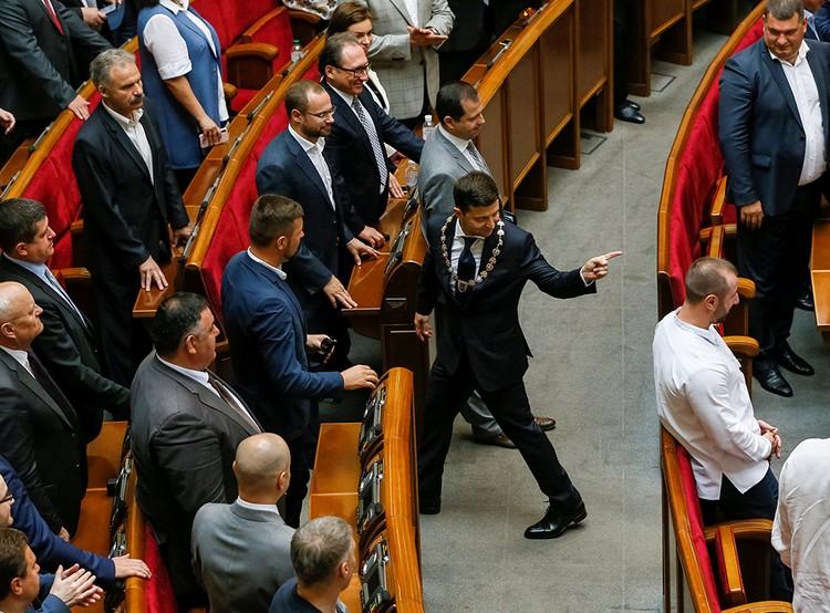 потихоньку, шажок за шажком, из самопровозглашенного «объединителя Украины» Зеленский пока превращается во второго Порошенко