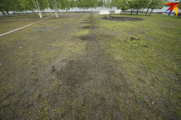 Слева то, что осталось от газона, на котором за неделю потоптались тысячи горожан