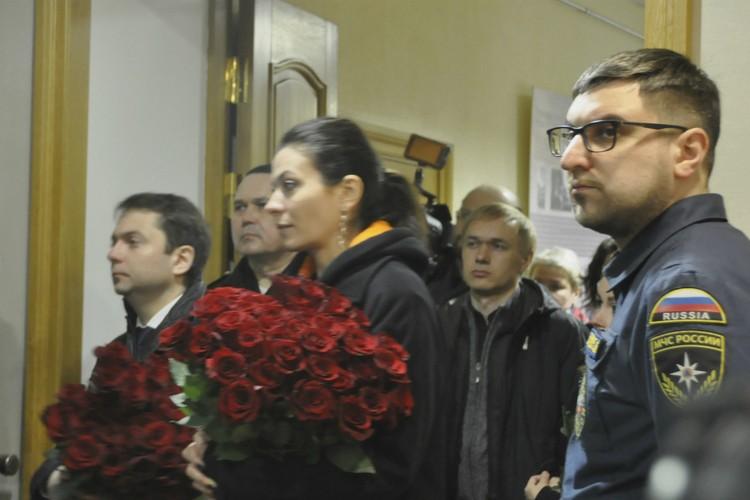 Андрей Чибис пришел в ДК вместе со своими заместителями.