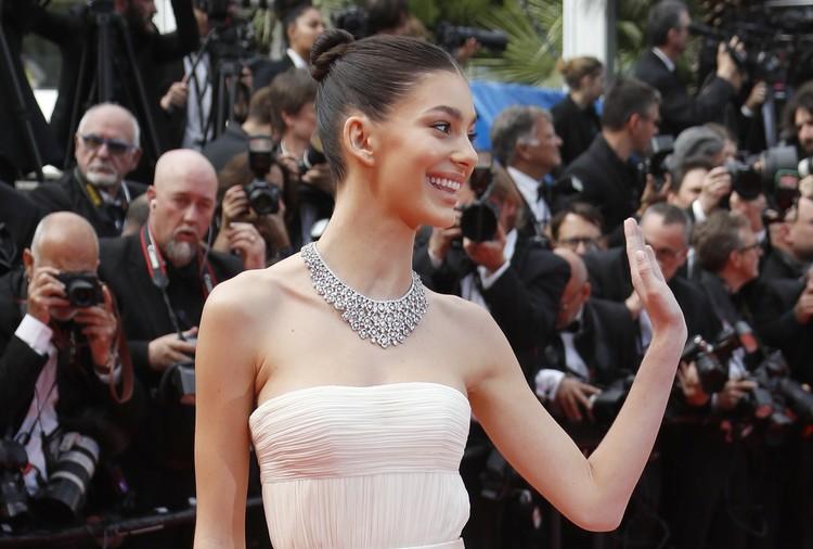 Камила была в белом платье, напоминающем свадебное, и с шикарными бриллиантовым колье на шее.