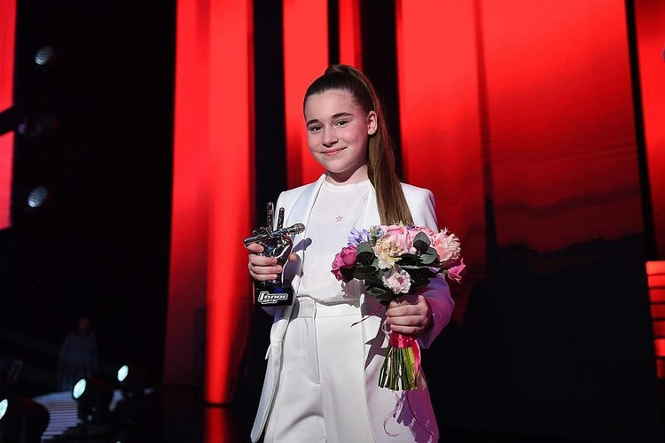 Микелла Абрамова с призом победителя телешоу «Голос.Дети». Фото Максима Ли