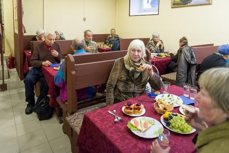 Старики были счастливы вкусной еде, вежливому персоналу и возможности пообщаться.
