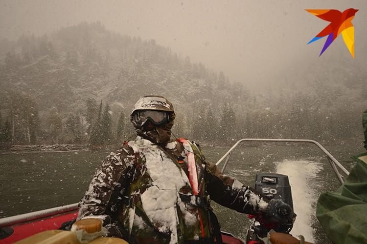 Спустя полчаса после старта начинает идти дождь со снегом, затем град. Фото: Даниил БАРАШКОВ