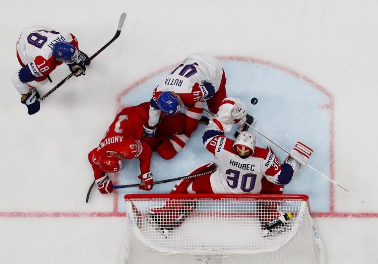 Всеми силами россияне пытались забросить шайбу в ворота сборной Чехии.