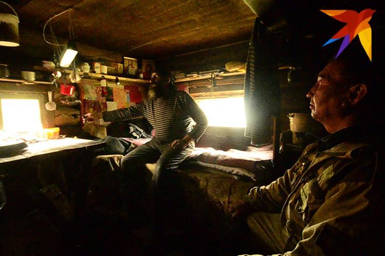 Георгий показывает лампу, работающую на солнечной батарее. Ее хватает на час