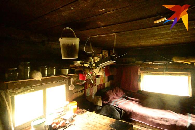 В доме Георгия очень темно, свет дают только два небольших окна. Есть лампа, работающая на солнечных батареях, но ее заряда хватает только на час