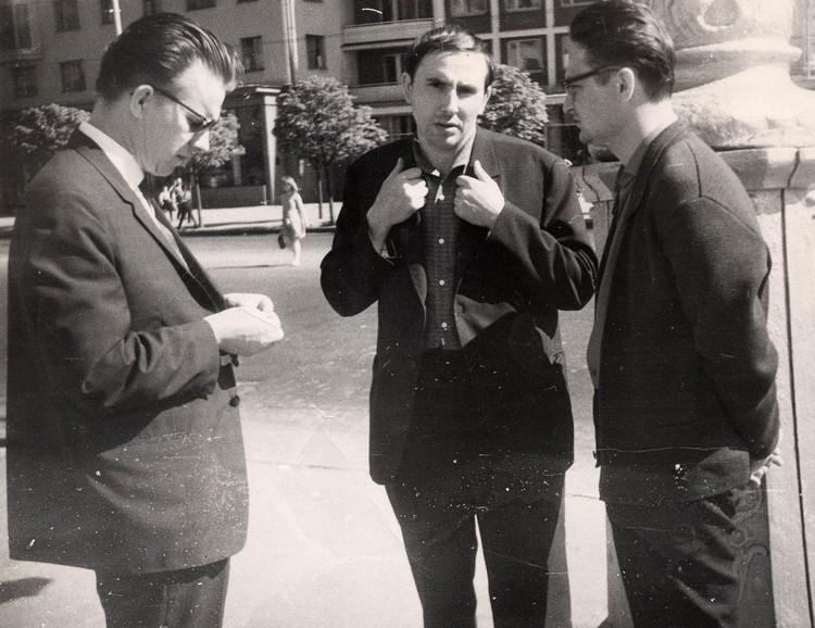 В 1960-х молодые поэты Геннадий Буравкин (справа) и Анатолий Вертинский (в центре) собрали подписи в поддержку Василя Быкова (слева), который после повести Мертвым не баліць оказался в опале. Фото: Владимир КРУК