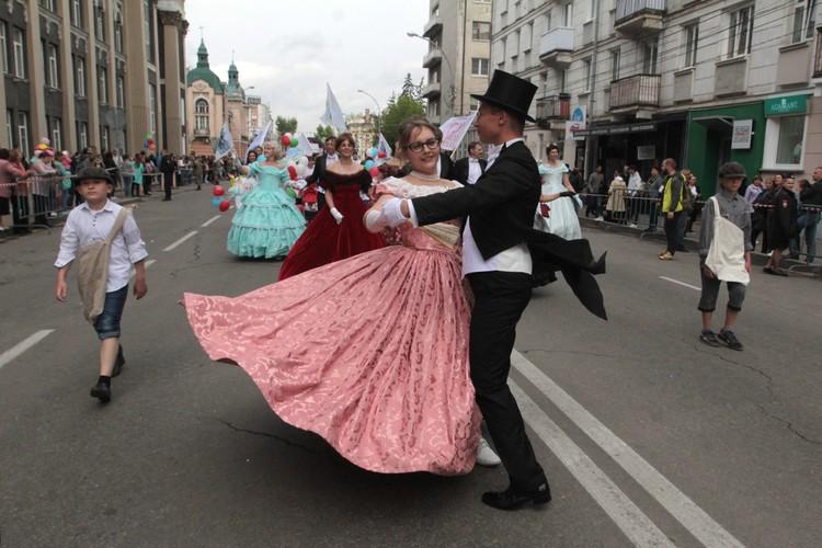 Вальс прямо на центральных улицах Иркутска. Такое увидеть можно только в День города!