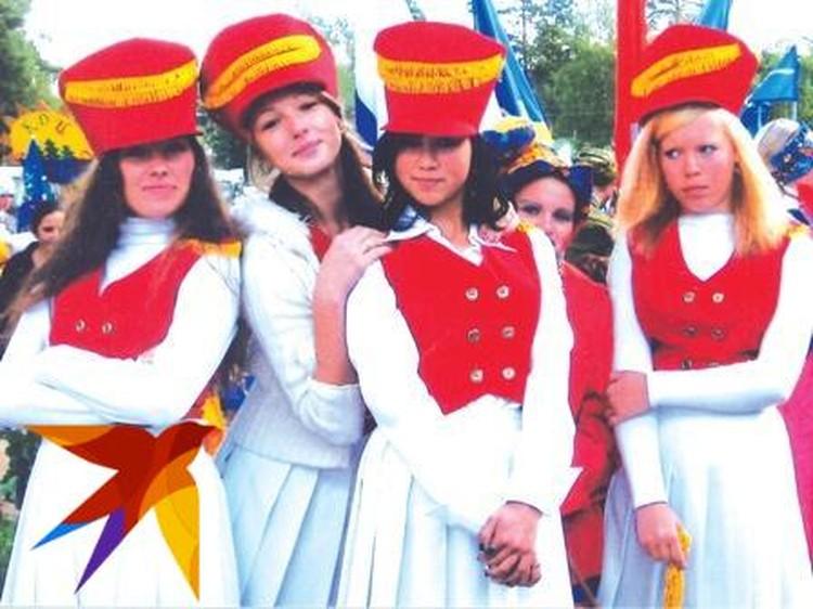 Настя Ивлеева выступала в сельском ансамбле (вторая слева) Фото: архив героя публикации