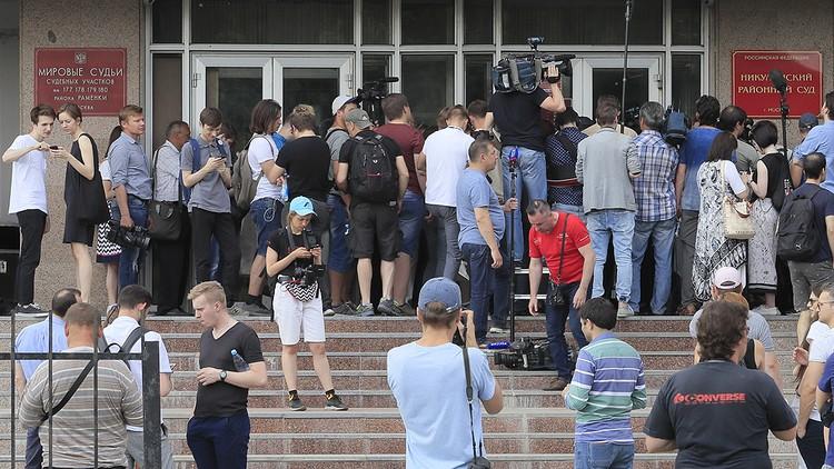 Десятки журналистов у здания Никулинского суда, где решалась судьба журналиста.