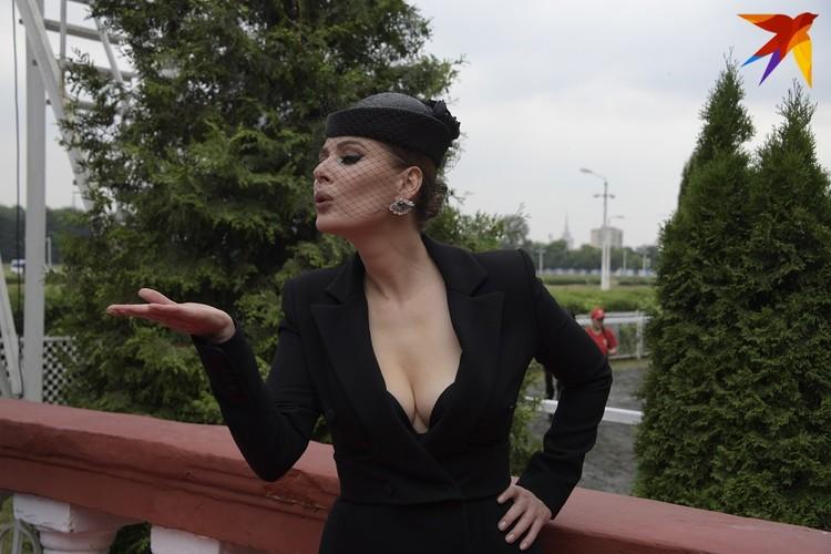 Актриса Мария Кожевникова выбрала шляпку с вуалью и солидное декольте