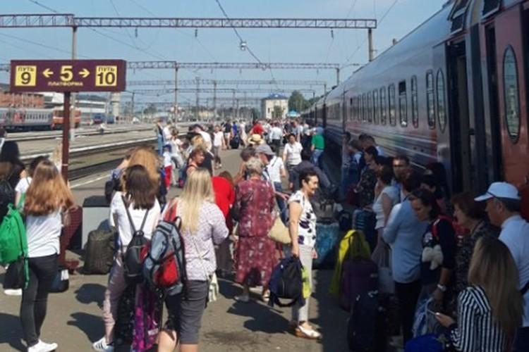 Пассажиры поезда около трех часов ждали, когда железнодорожники исправят проблему. Фото: vk.com, Кирилл Курносов.