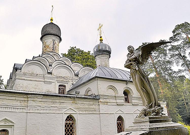 У храма Архангела Михаила, который дал имя усадьбе, стоит памятник княжне Татьяне. Говорят, ее призрак иногда появляется тут...