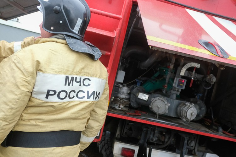 По словам МЧС, на свалку стянули спецтехнику - чтобы добраться до очагов пожара, нужно сначала разгрести мусорные завалы.