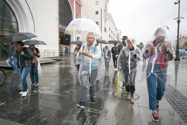 Дима показывает, где он просил милостыню. Фото: Moscow Urban Fest