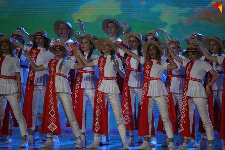 12. Постановщики шоу ориентировались на прогрессивную молодежь, как они сказали. Поэтому народная музыка звучала в современной аранжировке, а костюмы были модными!